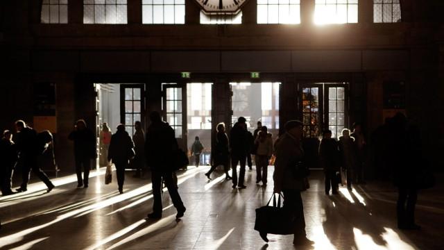 Reisende auf dem Hauptbahnhof Leipzig