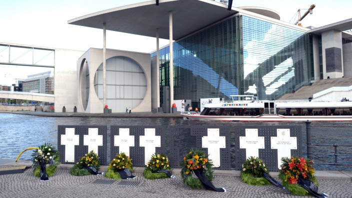 Aktivisten entfernen Gedenkkreuze für Mauertote