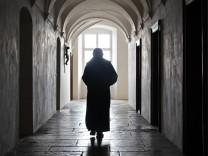 Schwäbische Alb Kloster Neresheim Mönch in der Abtei