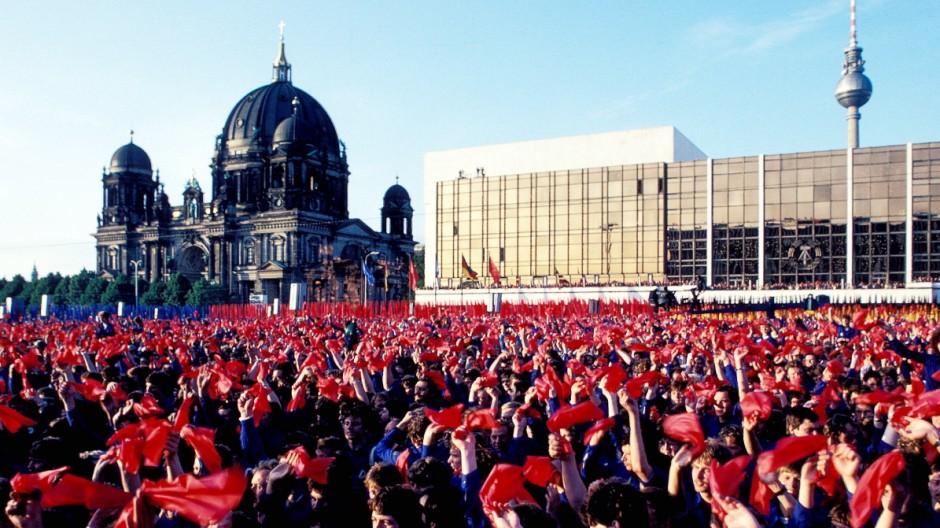 25 Jahre Mauerfall Junge DDR-Bürger in linientreuen Berufen