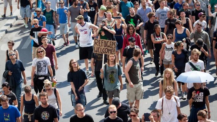 Mehrere tausend Menschen demonstrieren in Berlin in Solidarität mit den Flüchtlingsprotesten und geg