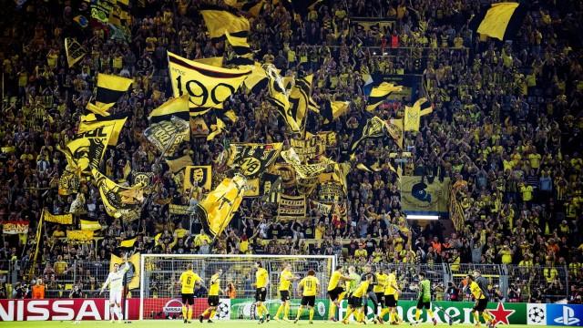 Schlussjubel DO die Spieler tanzen und feiern vor der Suedtribuene Feature Fussball Champions L