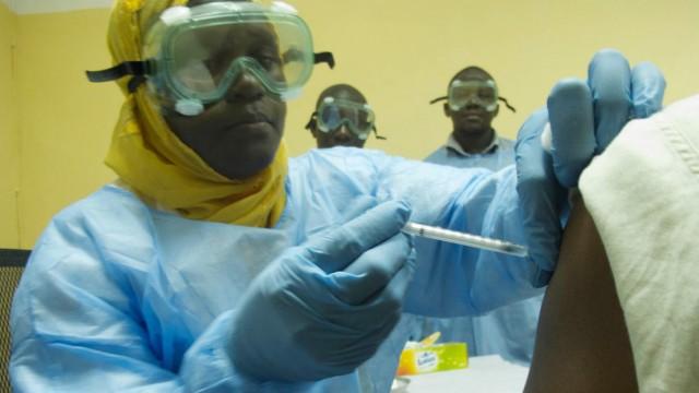 Infektiologe:Kosten für Ebola-Impfung werden sehr hoch