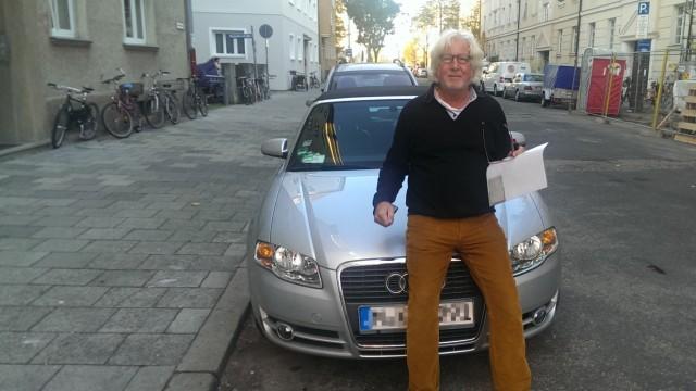 Kay vor seinem Audi A4 Cabrio, das er bei Tamyca ausleiht