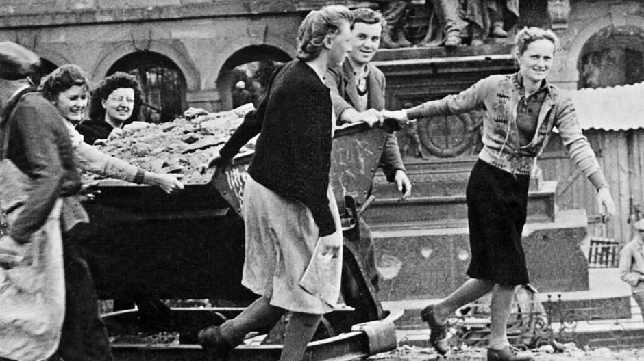 Trümmerfrauen in Hanau, 1946