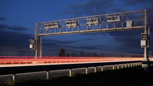 Eine Maut-Brücke auf der Bundesautobahn 14 - der Maut-Streit zwischen Bund und Toll Collect kostete den Steuerzahler im März 2018 bereits knapp ein Viertelmilliarde Euro.