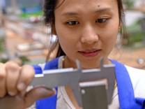 Junge Ausländerin in Ausbildungswerkstatt