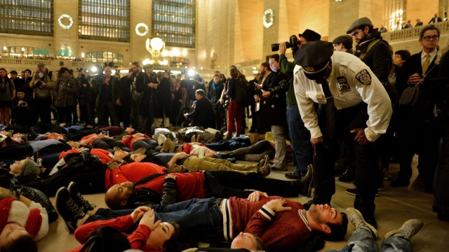 Demonstrationen New York Grand Central Station Eric Garner Polizist Würgegriff