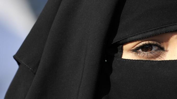 In Bayern sollen Burkaträgerinnen künftig gezwungen werden können, die Verschleierung in Gerichtsprozessen abzulegen. (Foto: dpa)