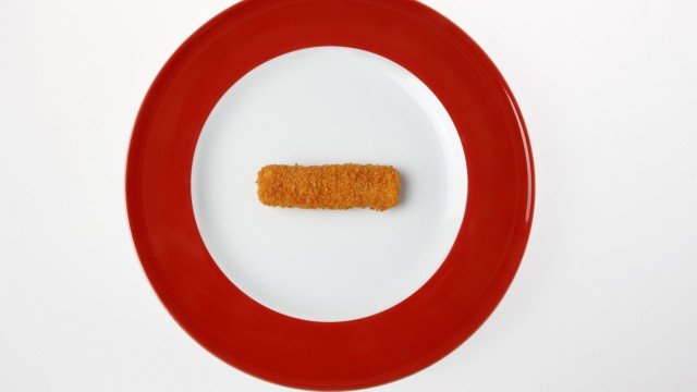 Fish finger on plate elevated view PUBLICATIONxINxGERxSUIxAUTxHUNxONLY KSWF00298