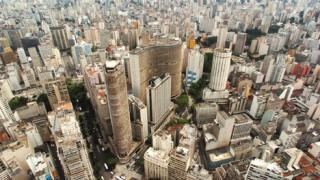 Sao Paulo hängt Plakate ab