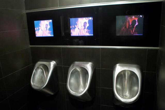 Männer-Pissoirs, die eingebaute Bildschirme haben, auf denen (jetzt keine mehr, so wie ich das verstanden habe) Pornos laufen. Paradiso Tanzbar