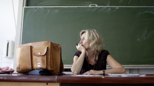 Lehrerin korrigiert Hefte im Chemiearbeitsraum