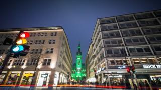 Hamburger Rathaus leuchtet grün