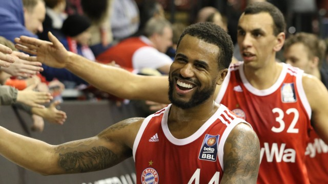 Bryce Taylor vorne Yassin Idbhi und Fans FC Bayern bejubeln den Sieg Basketball BBL FC