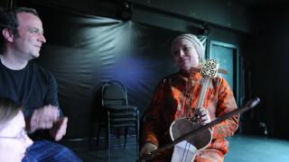 Marc Sinan mit der Musikerin Raushan Orazbaeva.