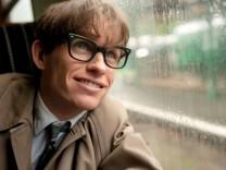 """Eddie Redmayne als Stephen Hawking in """"Die Entdeckung der Unendlichkeit""""."""