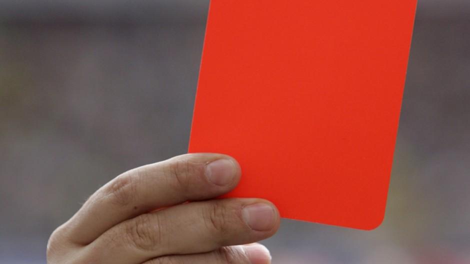 1000. Platzverweis naht - WM-Held Rahn der Erste