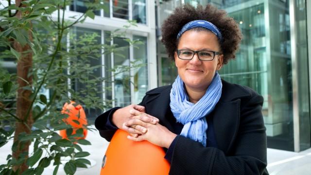 Ngakisali Katarina Mose im und vor dem MTZ, Münchener Technologiezentrum.