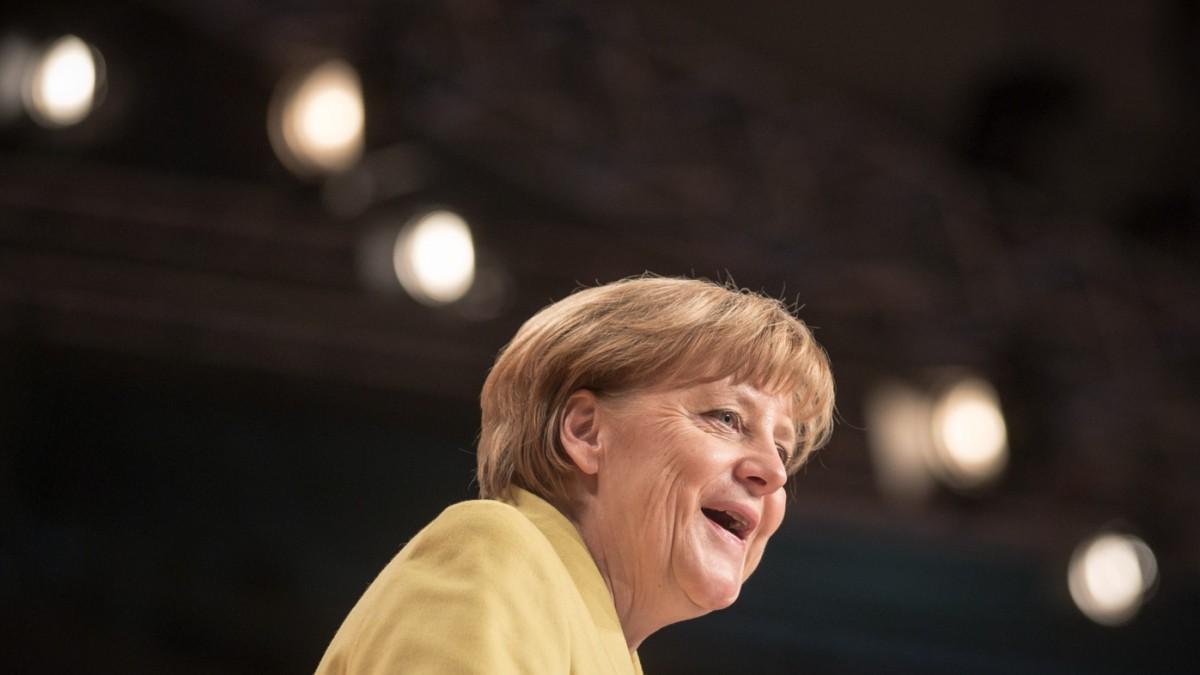 Rechts von Merkel