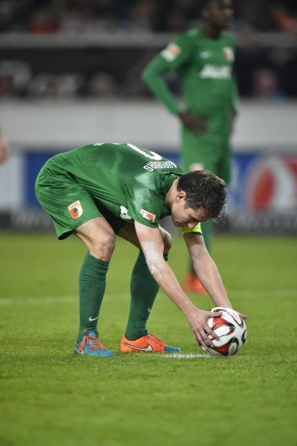 Schiedsrichter Thorsten Kinhöfer entscheidet auf Elfmeter Strafstoß nach Handspiel Paul Verhaegh FC; Paul Verhaegh FC Augsburg Imago