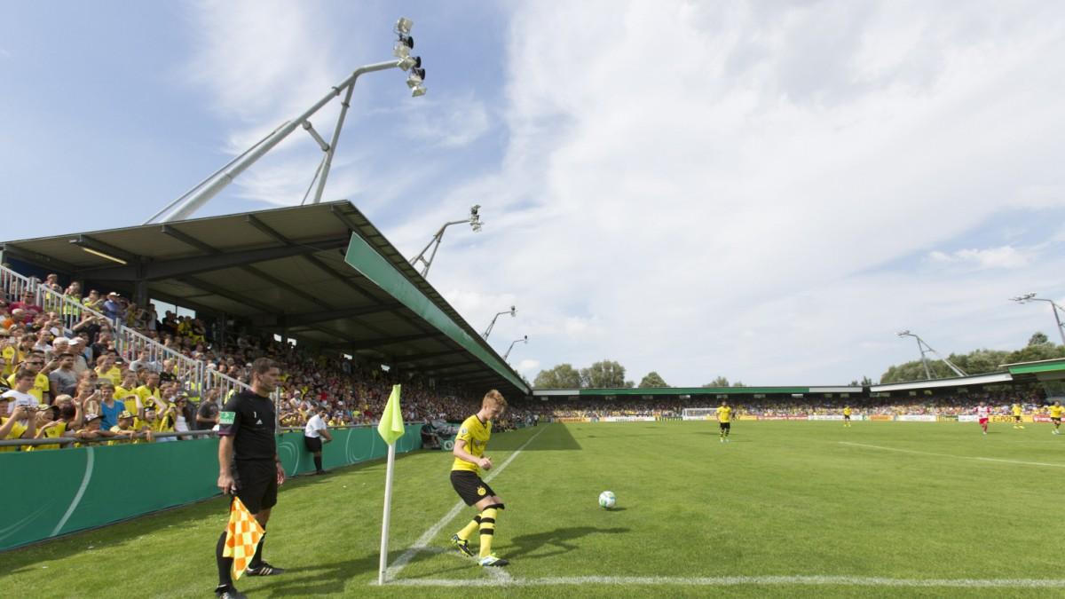 SV Wilhelmshaven feiert Sieg gegen die Fifa