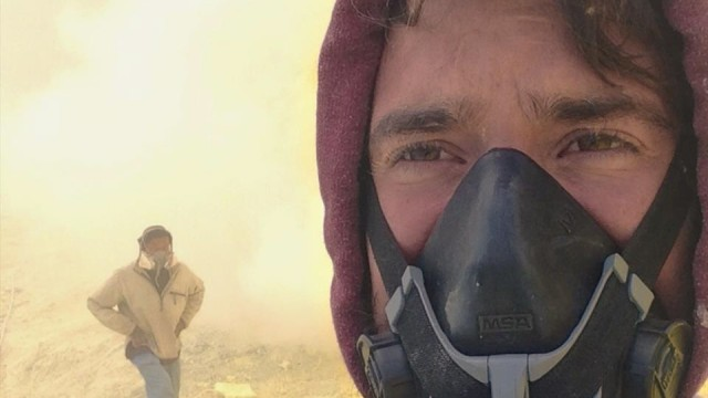 Arbeiten in der Todeszone: Selfie des Fotografen Kevin McElvaney im Krater des Vulkans Kawah Ijen