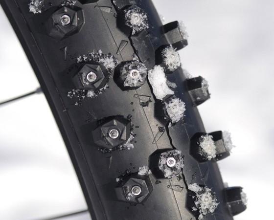 Auch grobstollige Mountainbike-Reifen profitieren von Spikes, denn damit kommen sie nicht nur auf Schnee, sondern auch auf Eis gut zurecht. ; Radl-Ausstattung für den Winter