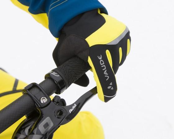 Wirklich warme und winddichte Handschuhe sind ein Muss bei der Tour durch Eis und Schnee. ; Radl-Ausstattung für den Winter