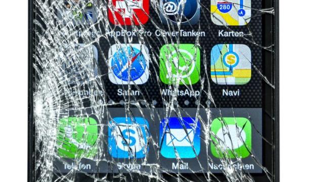 Smartphone iPhone 5 mit zerbrochenem Display iblrai04006721 jpg