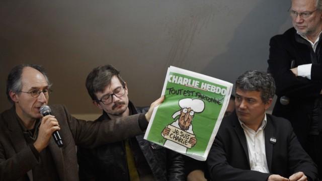 Die Redakteure Gerard Briard, Renald Luzier und Patrick Pelloux des Satiremagazins Charlie Hebdo. Rechts Liberation-Chefredakteur Laurent Joffrin.
