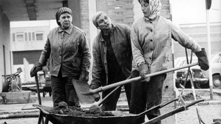 Frauen bei Straßenbauarbeiten in der DDR
