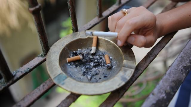 Thema des Tages Zigaretten auf dem Balkon