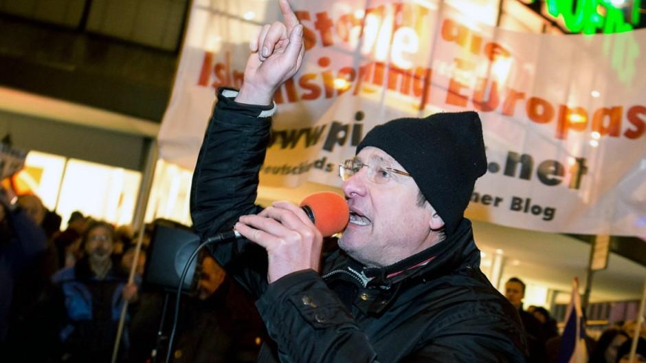 vorne Michael STÜRZENBERGER Vorsitzender der Partei DIE FREIHEIT und Autor auf PI NEWS Circa