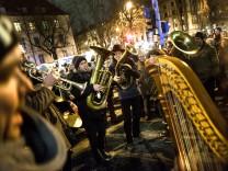 Nobagida Demo am Goetheplatz mit Blasmusik âÄžWir blasen euch den MarschâÄœ