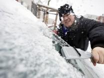 Autofahrer beim Eiskratzen in Frankfurt/Main