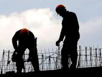 Symbolfoto Schwarzarbeiter Schwarzarbeit illegale Beschäftigung Bau Bauarbeiter bei der Arbeit Baus