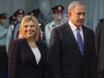 Israeli Prime Minister Benjamin Netanyahu and his wife Sara attend an official welcoming ceremony fo