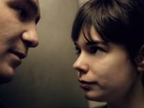"""Sonne (Frederick Lau, l.) und Victoria (Laia Costa) in einer Szene des Films """"Victoria""""."""