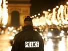 Ein Pariser Polizist auf dem Champs Elysee, Reuters