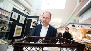 Justizsenator Heilmann verteilt Olympia-Pfannkuchen