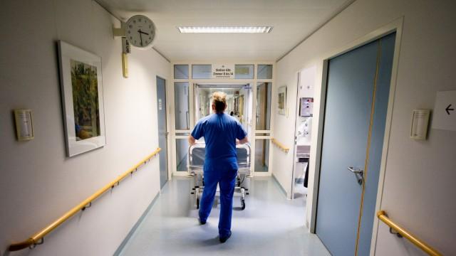 Krankenpfleger mit Bett