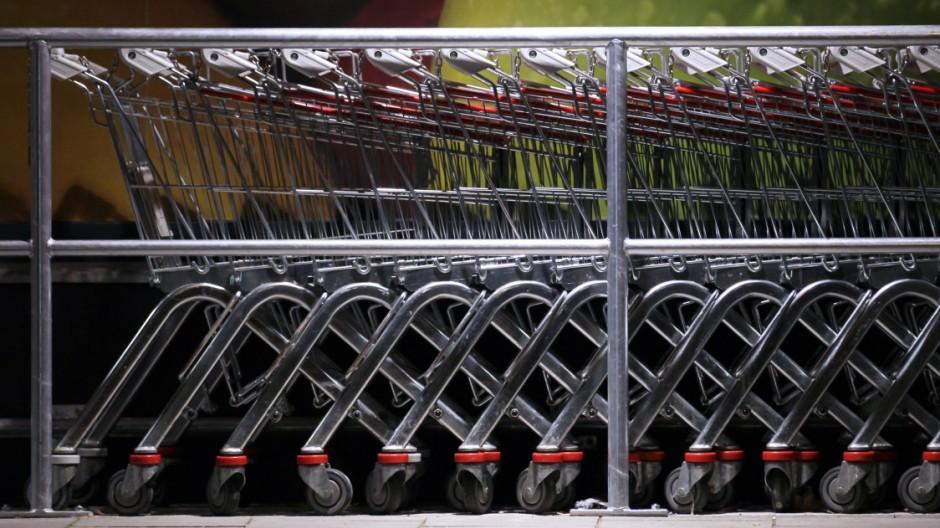 Germering: Einkaufswagen bei Tengelmann bei Dunkelheit