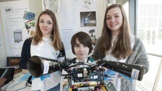 Unterhaching, Ottobrunn, Airbus, Jugend forscht v.li. Sophie Kunte, Doninik Doll, Natalie Doll aus Unterhaching haben einen Tablettenroboter entwickelt der ältere Menschen an ihre Medikamente erinnert,