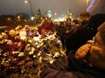 Menschen trauern in Moskau um Boris Nemzow.