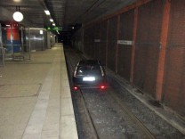 Auto im U-Bahn-Tunnel in Dortmund.