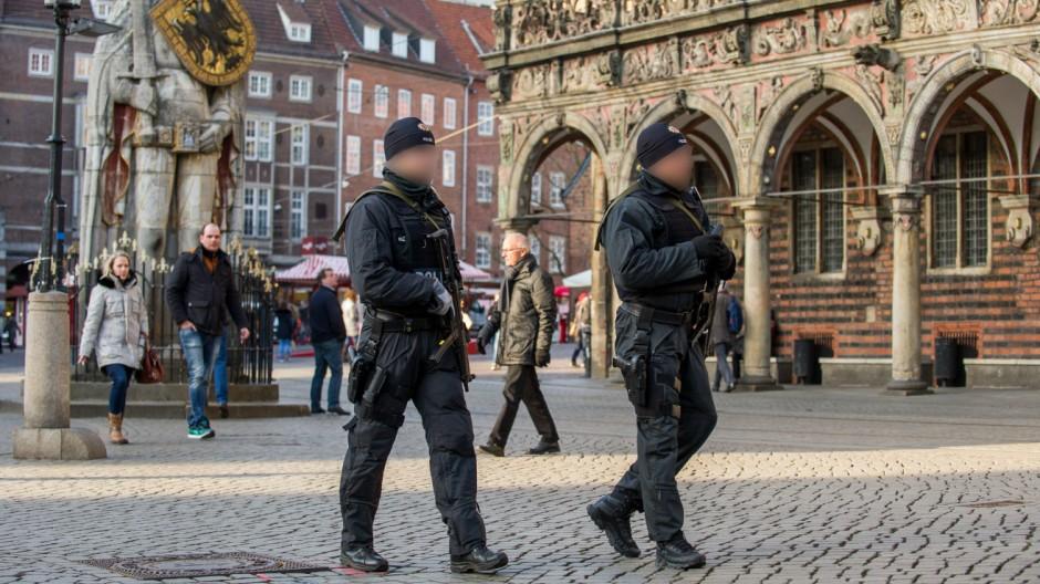 Erhöhte Polizeipräsenz in Bremen nach Terrorwarnung im Bild Polizisten patroullieren auf dem Bremer