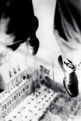 Willi Ruge für die Berliner Illustrirte Zeitung beim Fallschirmsprung über dem Süden Berlins.