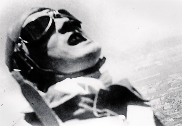 Willi Ruge beim Fallschirmsprung über dem Süden Berlins.