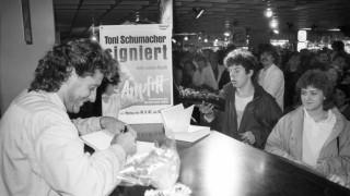 Fußball: Schumacher signiert sein Buch 'Anpfiff'